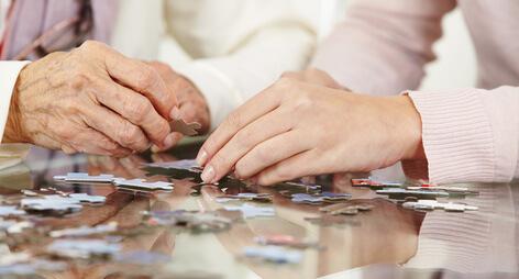Ergotherapie niedrigschwellige Betreuung Hände mit Puzzle