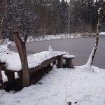 Geforener Silbersee mit Schneemann auf einem Steg