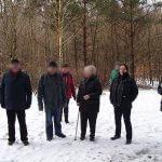 Wandergruppe im Wald bei Schnee