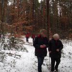 Wanderer im schneebedeckten Wald