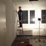 Die Mitarbeiter helfen beim Vorrichten und Malern in den neuen Praxisräumen