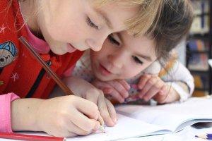 Zwei Schulkinder beim Zeichnen