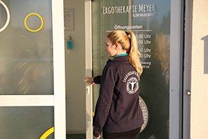 Eingang Ergotherapie Dresden Klotzsche mit Ergotherapeutin im Vordergrund