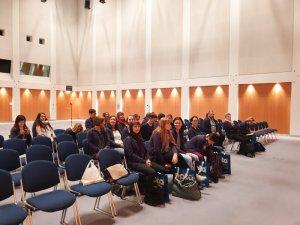 Kolleginnen sitzen im Kongressraum bei Weiterbildung zur Praxissoftware