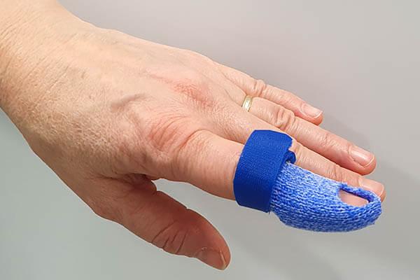Hand mit Fingergelenkschiene