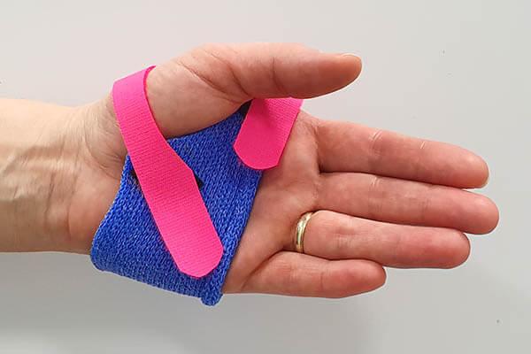Hand mit Mittelhand-Brace-Schiene