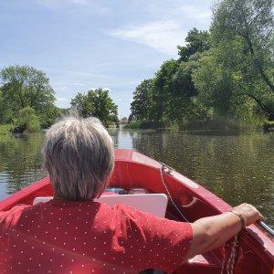 Frau sitzt auf einem Boot