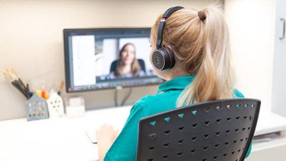 Therapeutin führt Teletherapie am PC durch